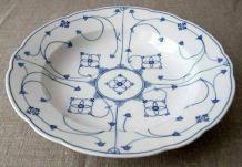 Belle assiette creuse en porcelaine