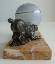 Lampe à poser marbre opaline motif chien  globe vintage