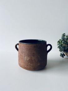 Poterie ancienne avec anses en terre cuite