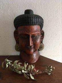 Masque de Bouddha en bois.