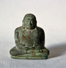 Ancienne statuette de Bouddha métal oxydé. Avec argile.