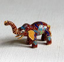Adorable petit éléphant cloisonné. Porte bonheur.