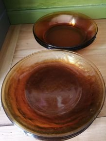 9 assiettes en verre ambré