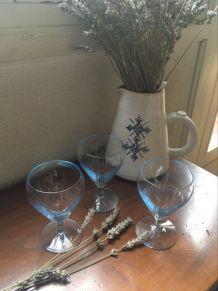 3 verres à eau ou vin bleutés.