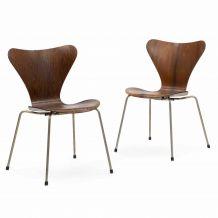Une paire de chaises à manger Arne Jacobsen