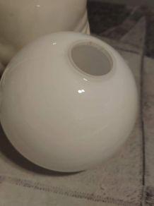 lampe otarie en céramique et globe en opaline blanches