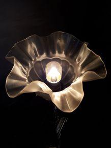 petite lampe bronze de chevet  et sa belle tulipe opaque  et