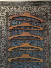 Lot 5 cintres vintage en bois naturel