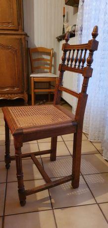 Chaises en bois et cannage
