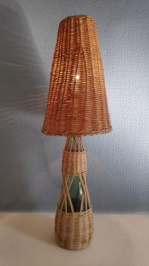 lampe sur bouteille déco et abat-jour rotin
