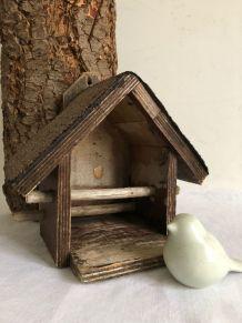 Mangeoire pour oiseaux, le jardin en hiver