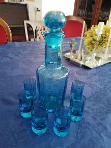 Très beau flacon et verres en cristal bleu, ancien