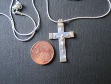 croix avec chaine argentée