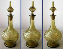Belle carafe ancienne en verre soufflé de couleur et émaillé