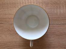 Tasses à café blanches et dorées.
