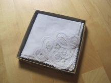 mouchoir brodé neuf taille 21.50 cm x 21.50 cm dans sa boite