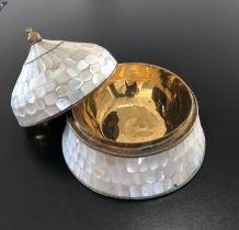 Boite / Bonbonnière en nacre et laiton