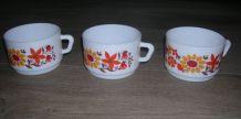 ARCOPAL 3 grandes  tasses  décor Flore, années 70