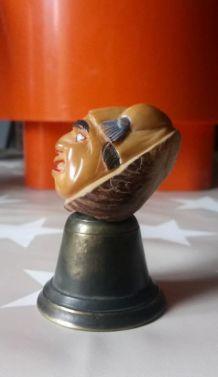 Cloche avec tête sculptée dans une noix de corozo