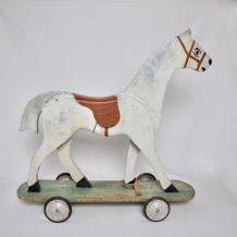 Cheval en bois à roulettes