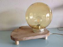 Lampe globe en verre ambré et plateau bois / vintage
