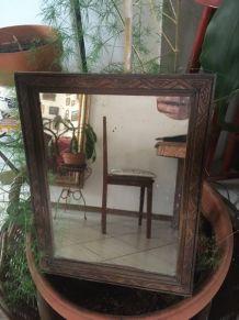 Miroir ancien  en bois travaillé.