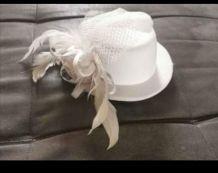 Chapeau blanc décoratif