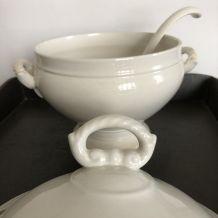 Vaisselle ancienne, soupière en porcelaine blanche et louche