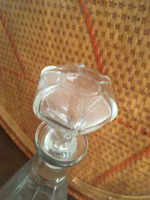 Deux carafes en verre à facettes style bistrot.