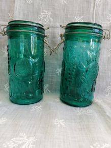 Paire de bocaux verts moulés gravés