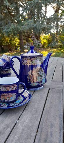 Théière et ses 5 tasses  bleues de Sèvres, porcelaine China