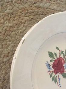 Assiettes creuses anciennes estampillées en rose et vert.