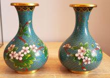 Paire de vases en émail cloisonné