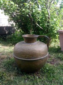 Ancienne grande cruche en cuivre martelé - Art populaire