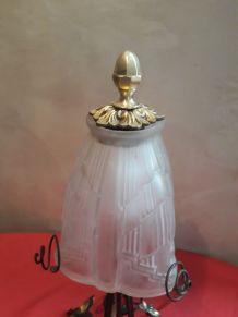 Ancienne lampe en fer forgé avec sa tulipe en verre moulé ar