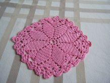 Petit napperon rose fait main crochet Vintage 60'S