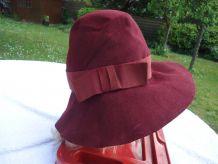 Chapeau cloche bordeaux en feutre année 1953