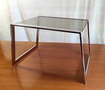 Table basse métal chromé et verre fumé – années 70