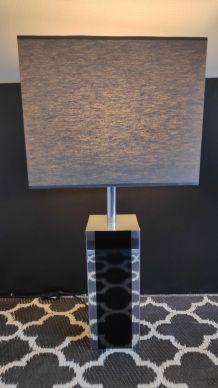 grande lampe avec pied noir et gris carré et abat-jour gris