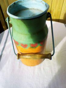 Pot à lait vintage, peint à la main, poignée bois, bosselé d
