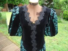 Robe velour vert noir Manches ballon Col V dentelle