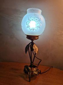 lampe fer forgé art deco  patiné or avec  son verre opaque d