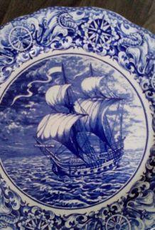 Grand plat Boch au décor de galion, diamètre 34,5 cm