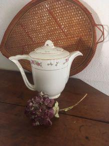 Cafetière porcelaine à la bordure fleurie.