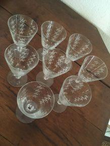 8 verres ciselés sur pied .