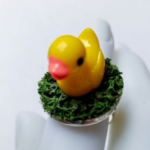 Bague réglable petit canard jaune sur mousse verte