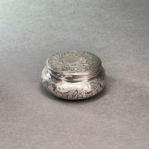Petite boîte en argent massif