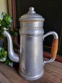 Cafetière ancienne en aluminium
