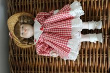 poupée en porcelaine petite fille style campagnarde vichy an