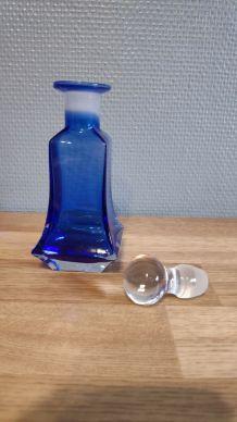 petit flacon bleu avec bouchon rond transparent